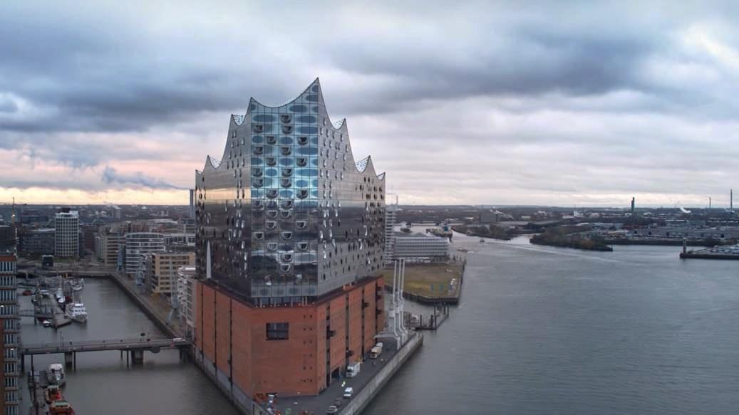 drohnenflug in der elbphilharmonie Hamburg Drohnen Pilot Skynamic